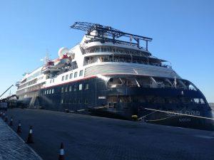 Die Silver Cloud vor ihrer Premierenreise als Expeditionsschiff im Hafen von Montevideo