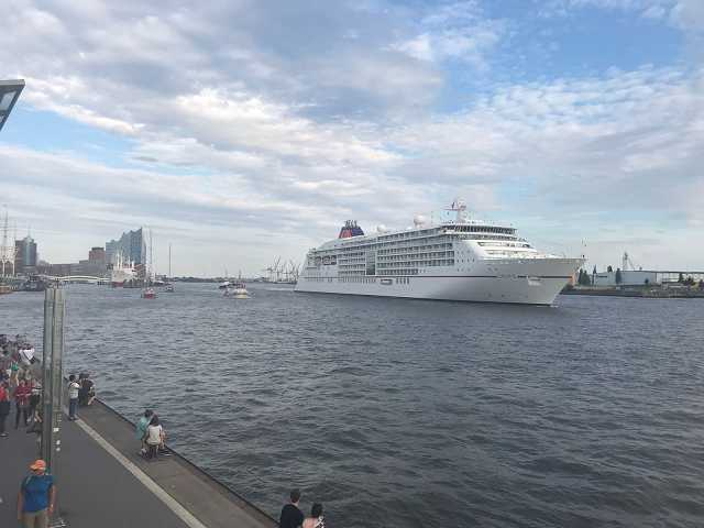 MS Europa 2 verlässt Hamburb am 29.07.2018 im Rahmen der Atlantik Anniversary Regatta begleitet von 14 Super Seglern welche gerade von einem Rennen über den Stlantik zurückgekehrt sind