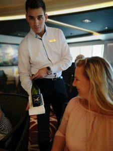 Sonja Seibert im Hauptrestaurant Wetmeere der Ms Europa 2 von Hapag Lloyd Cruises mit feinen Weinen der Sansibar