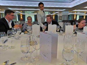 Andreas Nüssel mit dem Ehepaar Waskoenig beim Mittagessena uf der Regent Seven Seas Navigator
