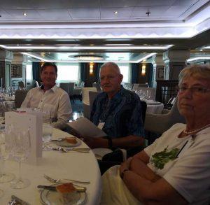 Michael Seibert mit dem Ehepaar Jepsen beim Mittagessen auf der Regent Seven Seas Navigator in Warnemünde