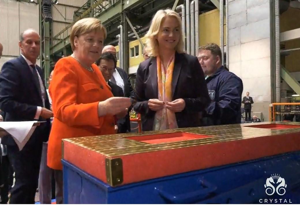 Angela Merkel und Manuela Schwesig führen die Liellegung der Crystal Endeavour in Stralsund durch buchbar ist die Crystal Endeavor durch www.atiworld.de