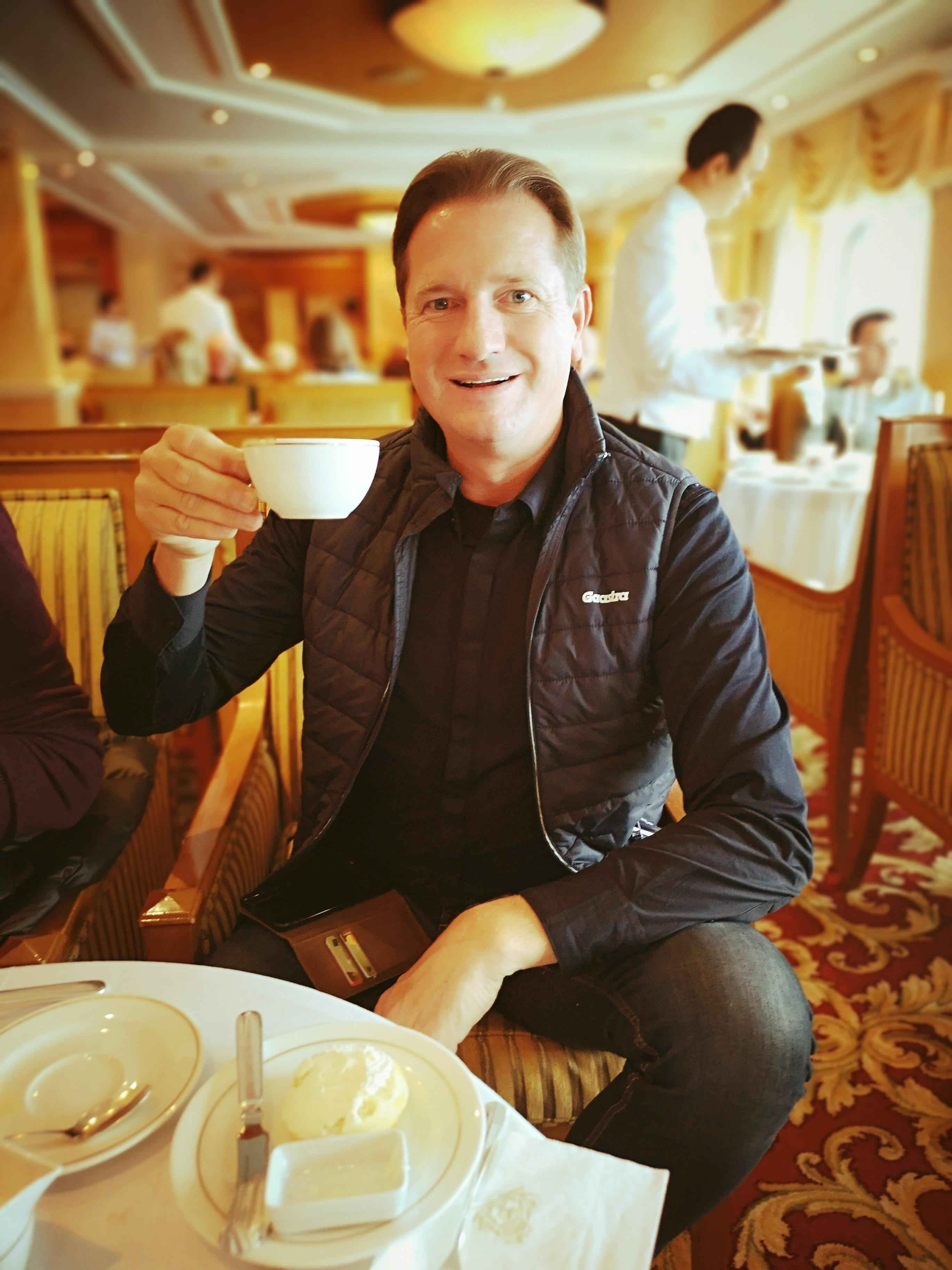 Luxuskreuzfahrt Experte Michael Seibert bei der Tea Time an Bord der Queen Victoria