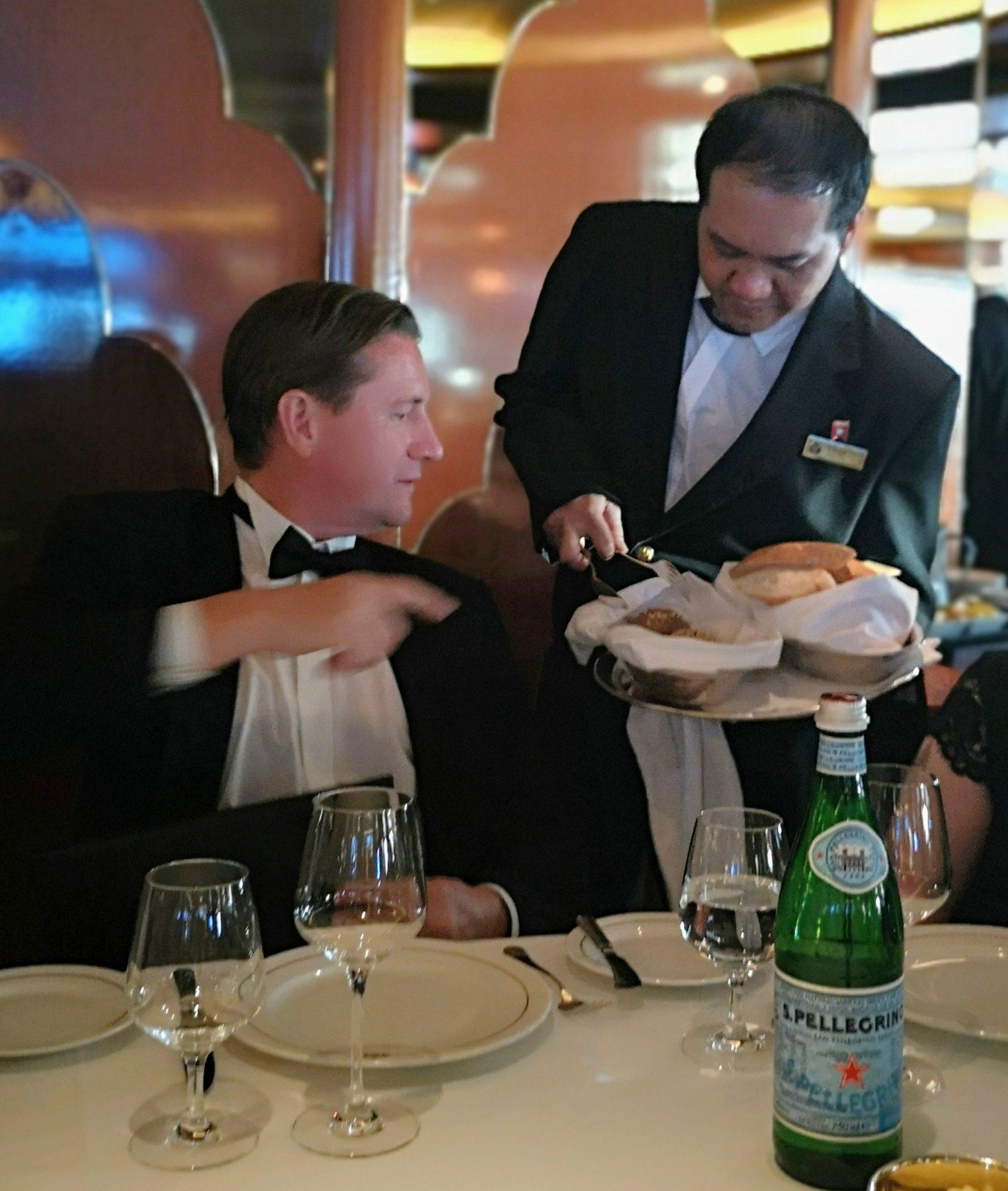 Luxuskreuzfahrt Experte Michael Seibert beim Gala Abend an Bord der Queen Victoria