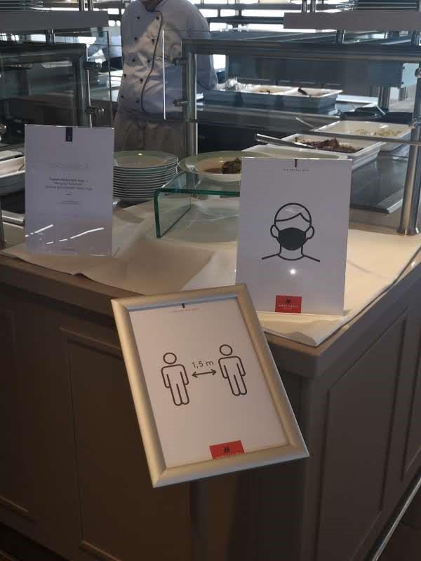 Hygieneregeln MS Europa 2 von Hapag Lloyd im Restaurant Yachtclub