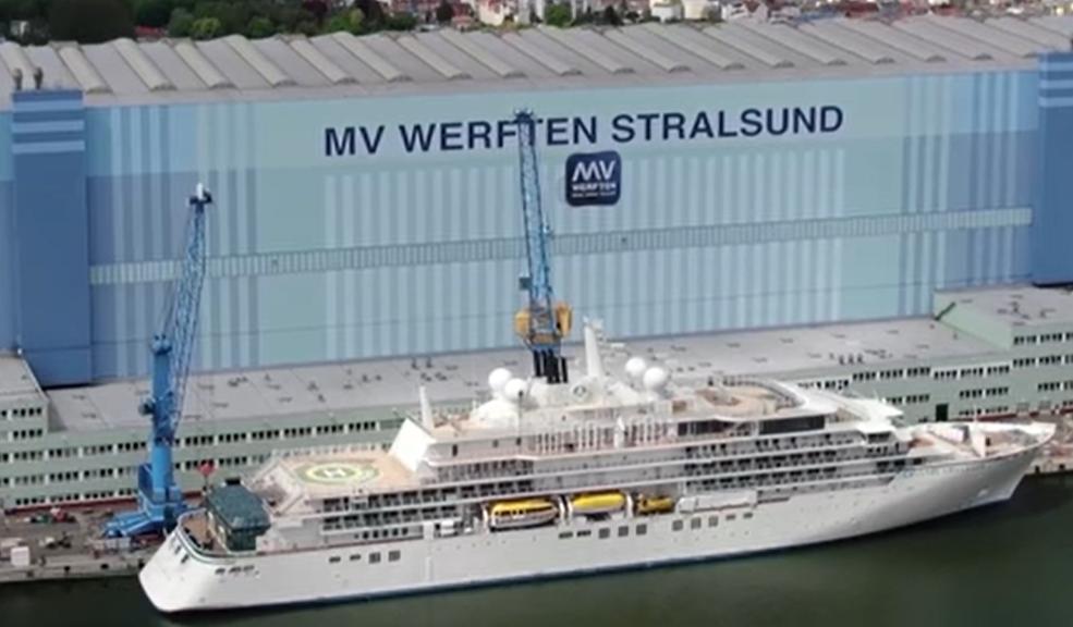 Die Crystal Endeavor vor Ihrer zweiten Testfahrt im Mai 2021 vor der MV Werft in Stralsund